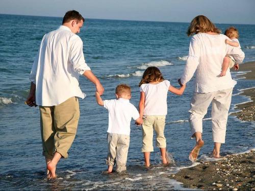 tengerparton sétáló család